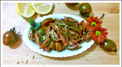 סלט עגבניות עם בזיליקום וצנוברים
